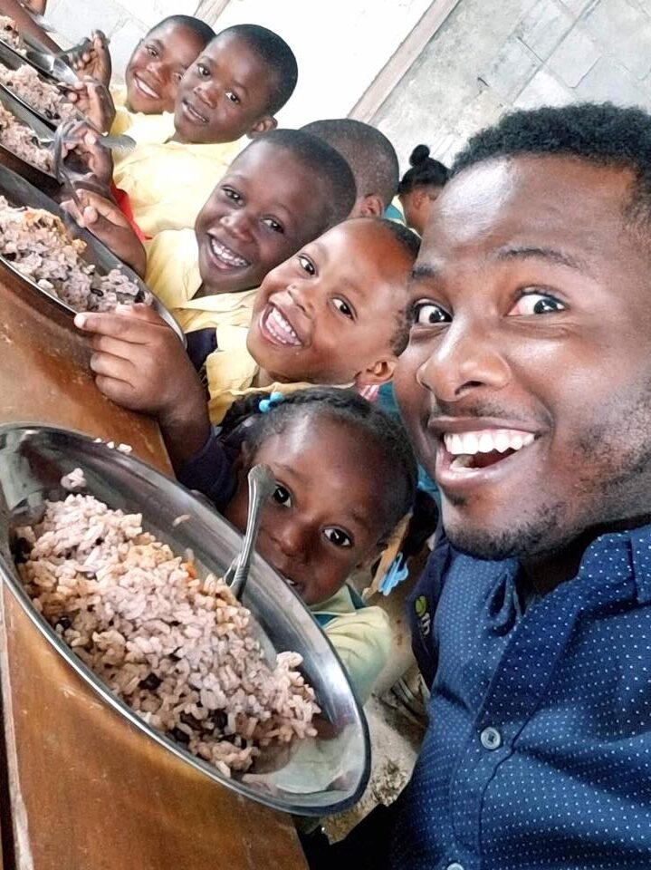 jhon and children eating